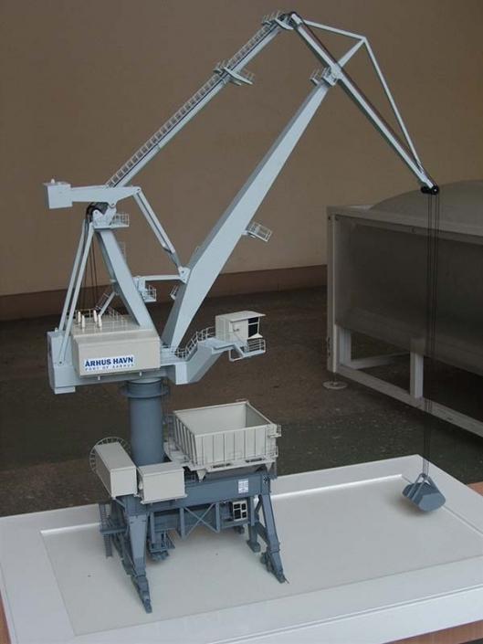 Модель портового крана с грейферным ковшом